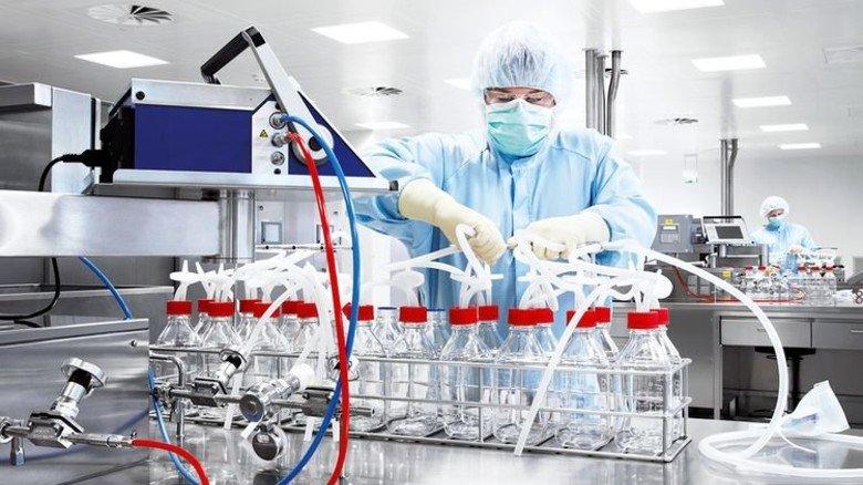 Sterilität gefordert: Ein Mitarbeiter in der Marburger Produktion des Konzerns GSK. Foto: GSK