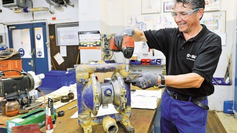 Der Arbeitsplatz: Im Alltag repariert Coskun Dörtler zum Beispiel Pumpen. Foto: Sigwart