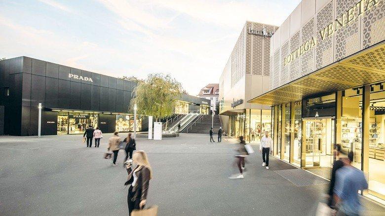 Nach dem Corona-Lockdown haben die Factory-Outlet-Center in Deutschland wieder geöffnet – mit den nötigen Sicherheitsregeln. Auch in der Outletcity Metzingen kann man nach Lust und Laune shoppen.