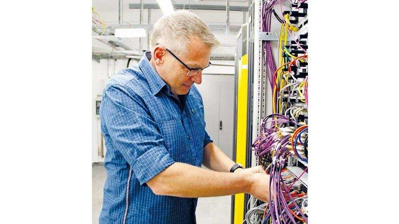 Handarbeit: In der IT-Abteilung sitzt man nicht nur vor dem Rechner.