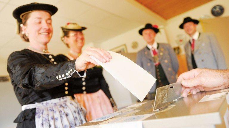 Stimme abgeben für Europa: Dazu sind jetzt auch in Deutschland alle Bürger ab 18 aufgerufen. Hier ein Bild der Europawahl 2014 im oberbayerischen Deining.