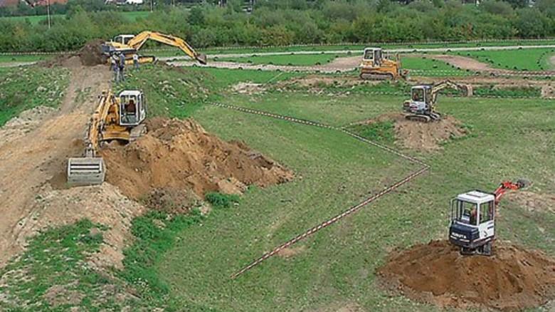 Spiel- und Baulandschaft: Auf dem Baggerspielplatz Rostock kann man Erde ausheben und auch planieren. Foto: Veranstalter