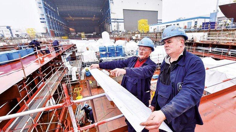 Orientierung: Olaf Sawallisch (rechts) und sein Kollege Jürgen Krause vor dem Rohbau des Schiffs. Foto: Christian Augustin