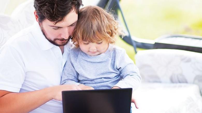 Oft ein Spagat: Die Balance zwischen Beruf und Familie finden. Foto: Fotolia
