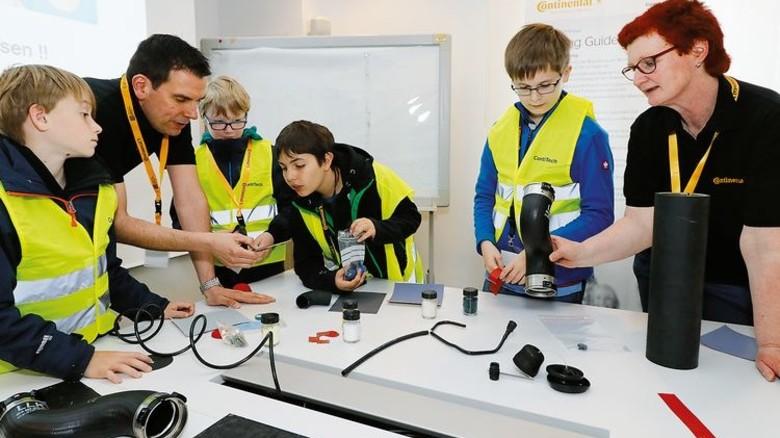 Neugier geweckt: Jens Löschner (Zweiter von links) und Heike Fennel (rechts) erklären Produkte. Foto: Werk