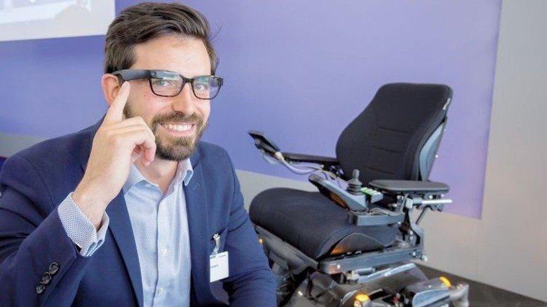 Elektronische Lösung: Menschen mit körperlicher Behinderung können ganz leicht durch einfache Kopfbewegungen einen Rollstuhl steuern – indem sie eine Datenbrille nutzen. Das System stammt vom Start-up Munevo. Foto: Schulz