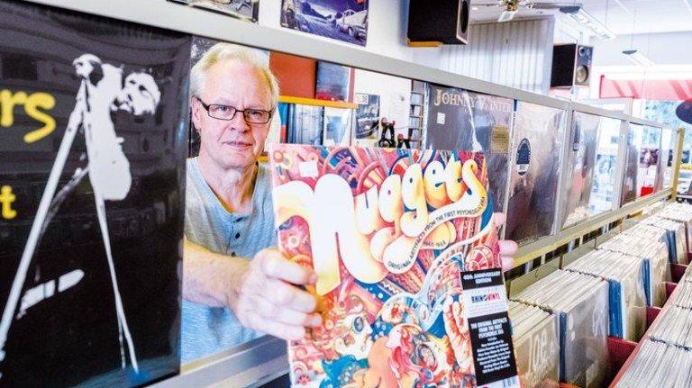 """Schallplatten-Experte Jürgen Krause: """"Schauen Sie sich die Cover an – das sind wahre Kunstwerke!"""" Foto: Roth"""