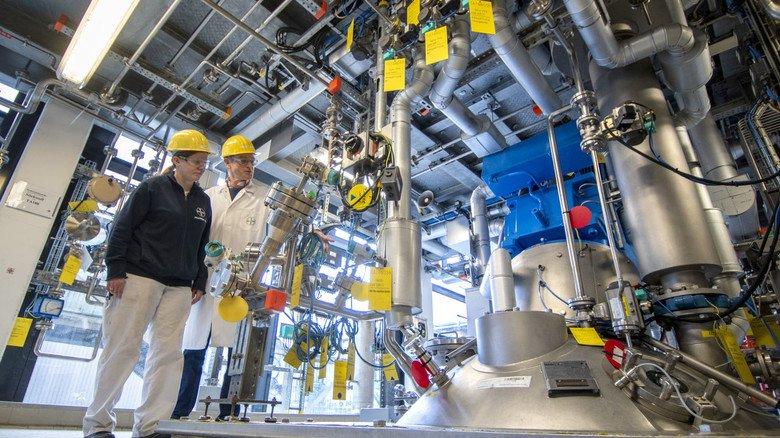 Werner Hinsken  und Mareike Richartz in der Wirkstoffproduktion: Das neue Gaskraftwerk soll die Stromversorgung im Betrieb weiter verbessern.
