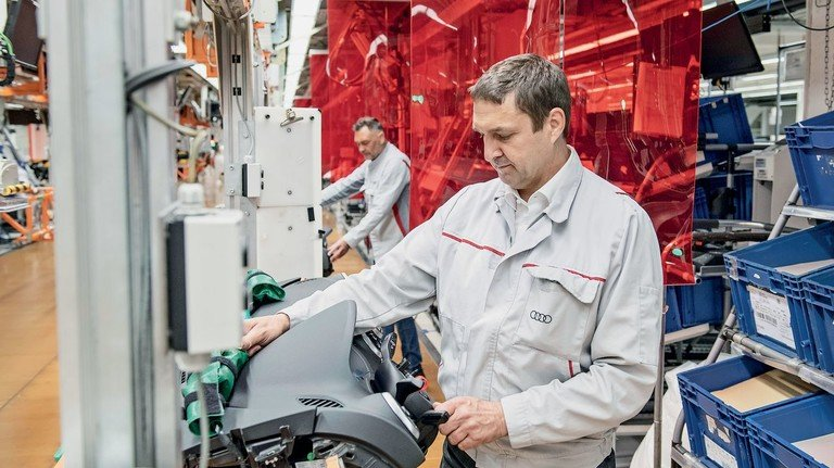 Gesundheit geht vor: Der Autohersteller Audi  hat für den Neustart der Produktion neue Schutzschilde für die Mitarbeiter eingeführt.