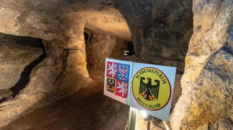 Grenzüberschreitend: Auf dem etwa eineinhalbstündigen Weg durch den Stollen sieht man unter anderem die unterirdische Grenze zwischen Tschechien und Deutschland. Foto: Roth