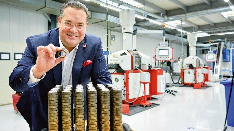 Herr der Ringe: Fabian Maurer zeigt Freiläufe für E-Bikes in der neuen Produktion von Rigspann in Bad Homburg..