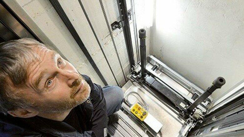 Im Schacht: Modernisierungsmeister Jörg Blöthe kontrolliert die Steuerung eines Aufzugs. Foto: Bahlo