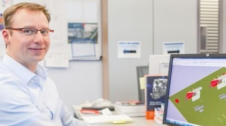 ALM-Pionier: Ingenieur Daniel Tolksdorf konstruiert an seinem Monitor mithilfe eines speziellen 3-D-Programms komplexe Bauteile, die mit dem neuen Verfahren hergestellt werden sollen. Foto: Ahlert