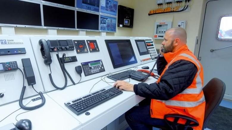 Alles im Blick: Dantysk-Betriebsleiter Christof Huß testet die Kommandozentrale. Foto: Augustin