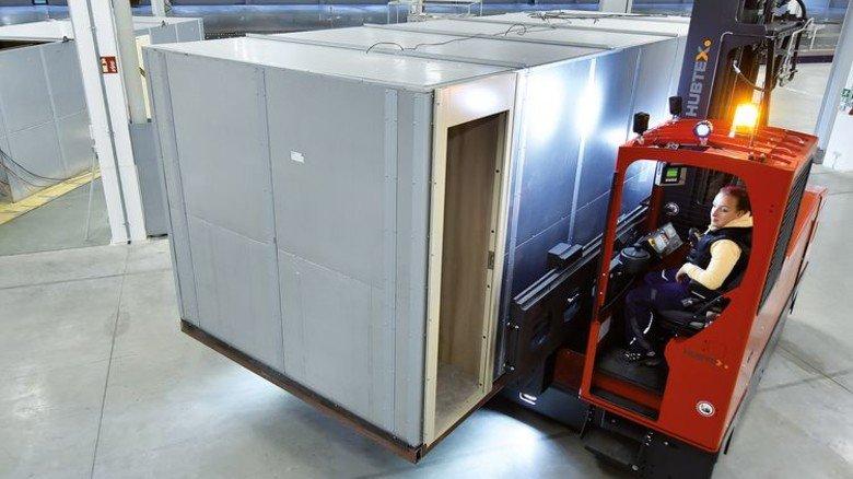 Unterkunft fürs Personal: Die Kabine, die hier mit einem Spezial-Stapler umgesetzt wird, wurde eigens für die Unterbringung von Crewmitgliedern entwickelt. Foto: Augustin