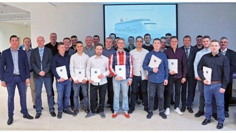 Ausbildung erfolgreich beendet: Die ehemaligen Azubis von MV Werften mit ihren Ausbildern. Foto: MV Werften