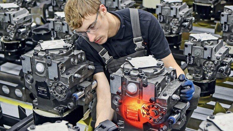 Kontrolle: Industriemechaniker Ole Trende überprüft die Typenschilder von Hydraulikpumpen.