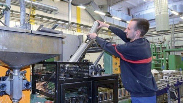 Der Rüssel saugt Luft: Christian Schulze an der Abfüllanlage. Foto: Sturm