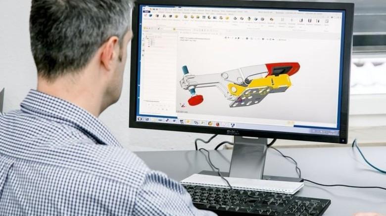 Harte Arbeit: Entwicklungsleiter Thomas Klein mit einem 3-D-Modell des Schnellspanners. Foto: Mierendorf