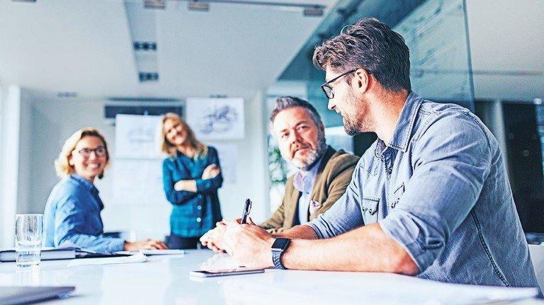 An einem Tisch: Konflikte und Kontroversen im Betrieb lassen sich im direkten Gespräch oft am besten lösen.