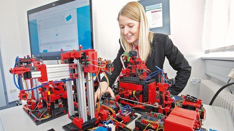 Kein Kinderspiel: Ingenieurin Kim Mäder zeigt, wie das Mini-Werk funktioniert.