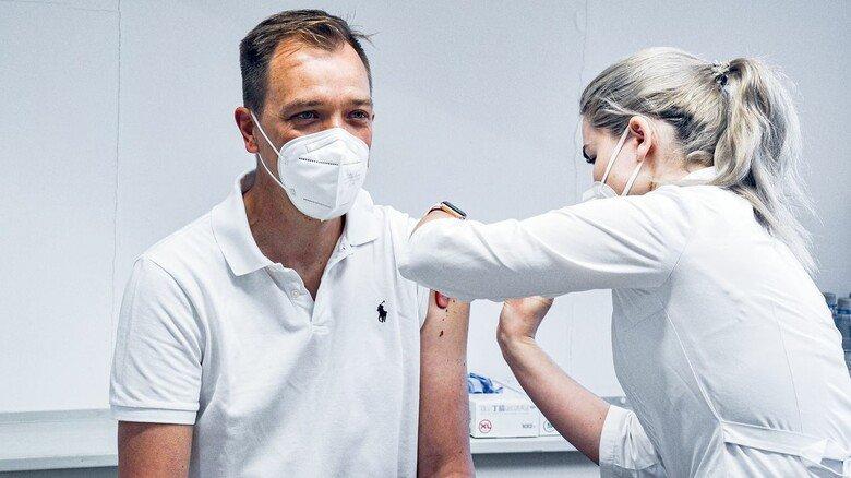 Geht ganz schnell: Im Sechs-Minuten-Takt impften die Ärzte bei den Fränkischen Rohrwerken. Insgesamt hatten nach acht Tagen alle Impfwilligen ihre Spritze bekommen. Bei der zweiten Dosis wird es noch rascher gehen.