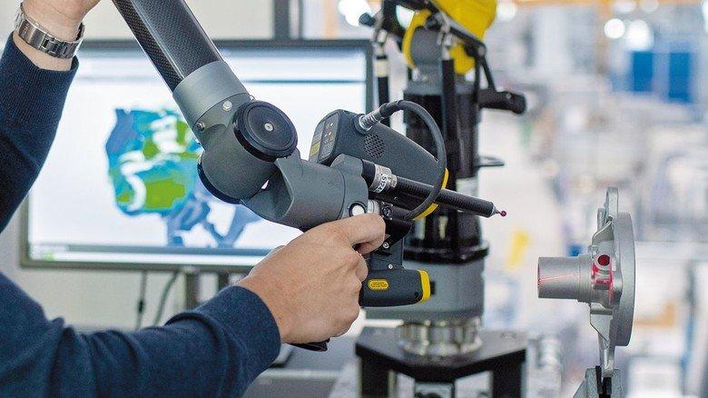 3-D-Laser bei bilstein: Früher wurde per Hand vermessen, heute liefert der Scanner die Daten für den exakten Nachbau der Teile.
