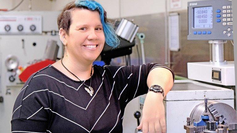 Entspannt: Ausbilderin Ingrid Schubert in der Lehrwerkstatt bei Boehringer Ingelheim.