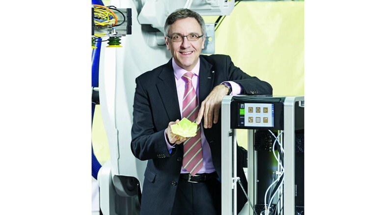 Forschung auf höchstem Niveau: Thomas Gries mit einer Blüte aus einem Polyester-Elasthan-Gestrick, die mit einem 3-D-Drucker hergestellt wurde.