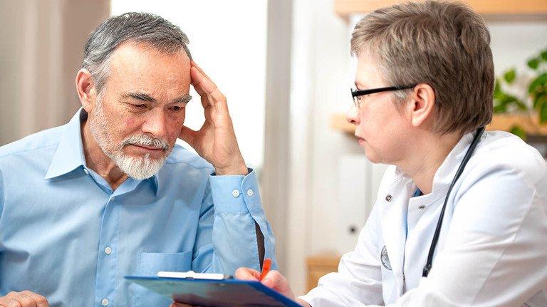 Beratung empfehlenswert: Was konkret in einer Patientenverfügung steht, sollte man vorab mit seinem Arzt besprechen.