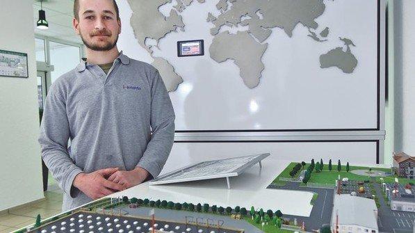 """Einfallsreich: Webasto-Mechatroniker Sebastian Wegner baute im Rahmen des Nordmetall-Wettbewerbs """"Azubi Energy"""" mit einigen Kollegen eine große Übersichtskarte, auf der alle Standorte der Firmengruppe zu finden sind. Foto: Christian Augustin"""