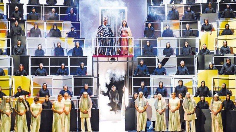 """Aufführung der Oper """"Aida"""": Für die Kostümmacher bringt das eine Menge Arbeit. Foto: Hans Jörg Michel"""