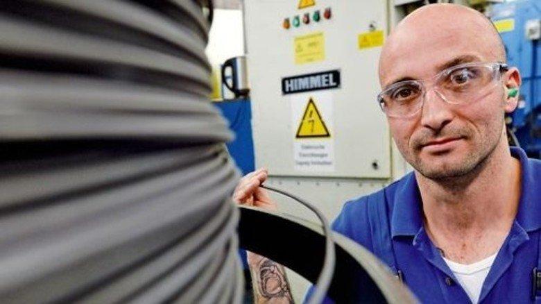 Maschinenführer Markus Aichinger: Hier werden aus 150 Kilo Titandraht 45.000 Schrauben von einem Zentimeter Länge. Foto: Bahlo