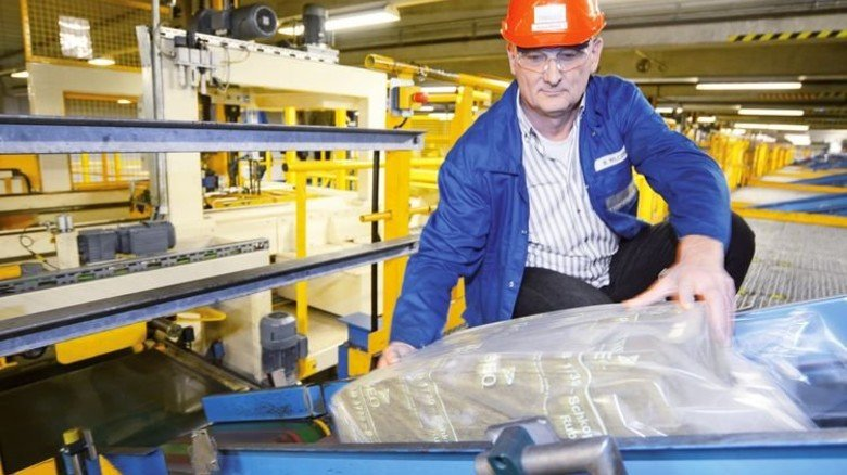 Am Band: Logistikchef Michael Wilczek prüft einen Kautschukballen. Foto: Sturm