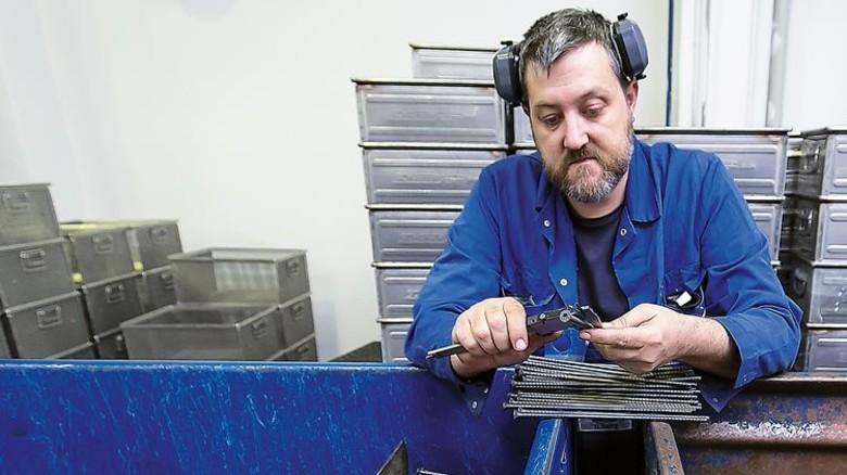 Prüfen: An Profi-Schrauben werden hohe Ansprüche gestellt. Foto: Mierendorf