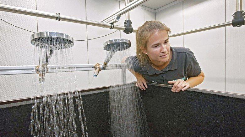 Mit dem Ohr ganz nah dran: Melanie Grüner auf der Suche nach störenden Geräuschen.