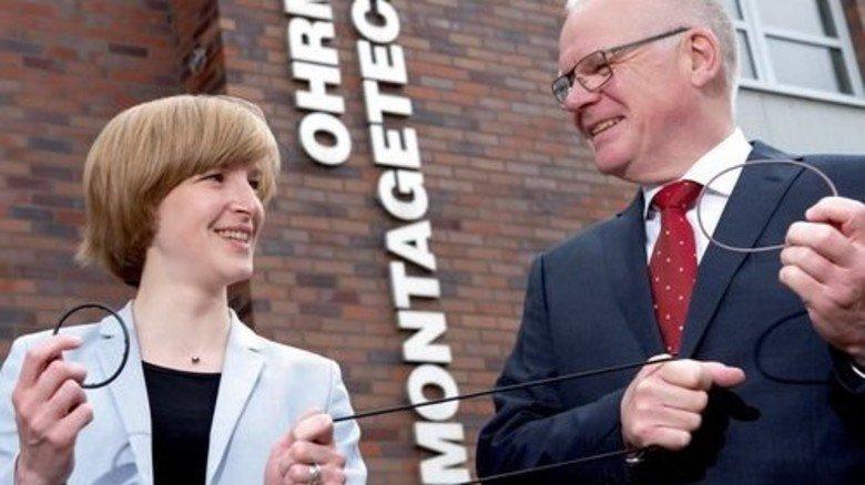 Alrun und ihr Vater Cölestin Ohrmann: Ihre Firma ist mit ihren Automaten zur Montage von Dichtungen führend. Foto: Moll