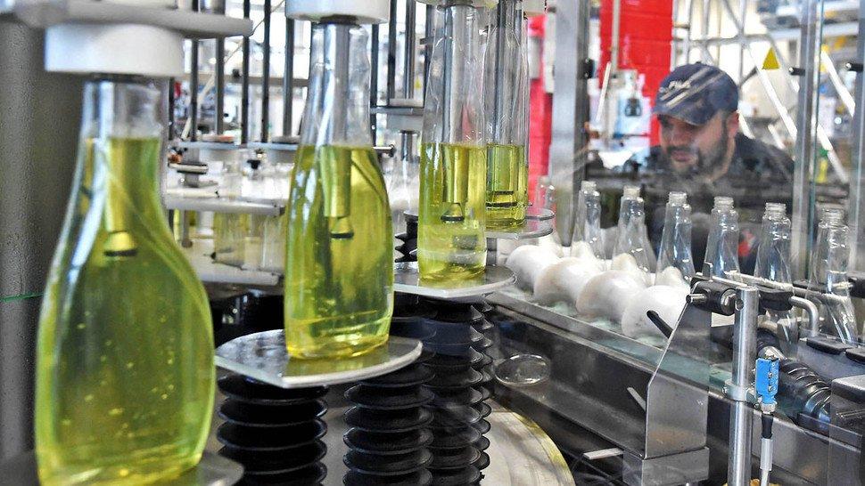 Batterien: Chemikerin Daniela Pfister begutachtet eine Pouch-Zelle, die Kathodenmaterial von BASF enthält.