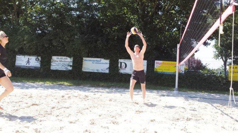 Sportlicher Ausgleich: Im Sommer findet das Training von Tholemas Volleyball-Verein draußen auf dem Sandplatz statt. Foto: Privat