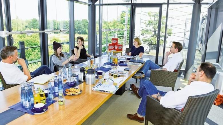 Austausch: Die Jungpolitiker mit den AKTIV-Redakteuren Ulrich Halasz (links) und Clemens von Frentz (rechts). Foto: Augustin