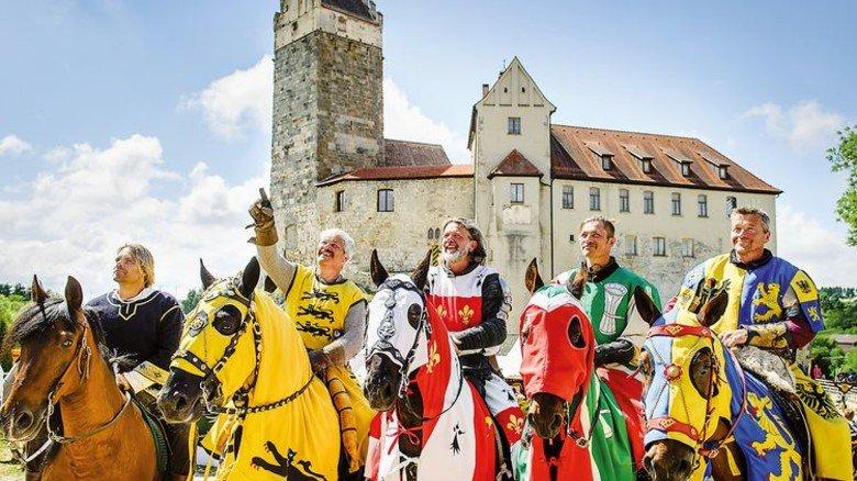 Hoch zu Ross: Neuzeitliche Ritter vor der Stauferburg Katzenstein. Foto: Burg Katzenstein