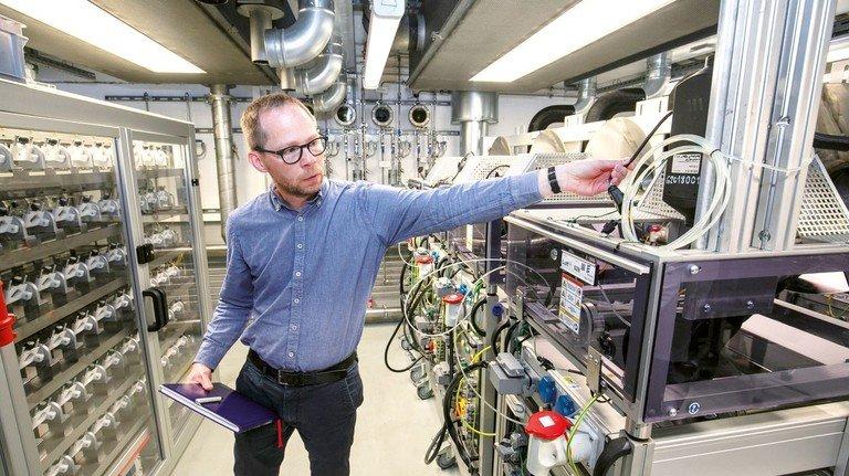 In seinem Element: Die Prüfstände hat Ingenieur Jörg Keefer mitentwickelt.