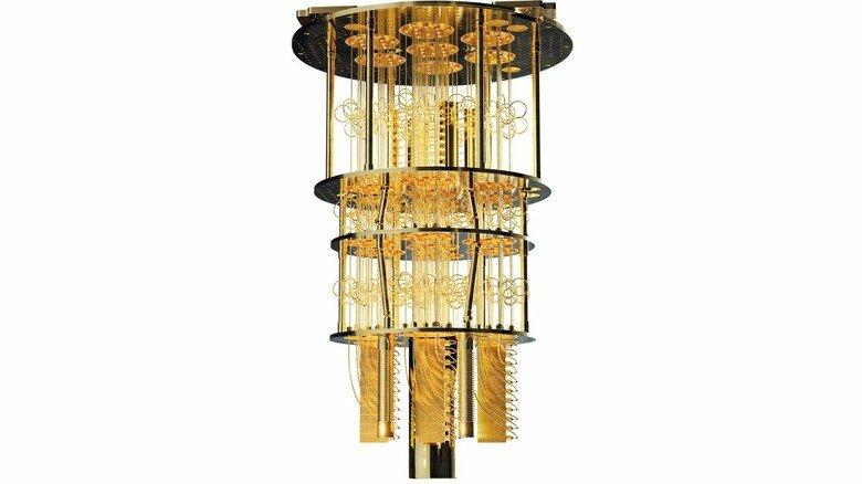 Ein Kronleuchter? Nein. Ein Quantencomputer. Was aussieht wie ein goldener Kandelaber, ist die Kühl- und Leitungseinheit (Cryostat). Unten sitzt der Quantenchip.
