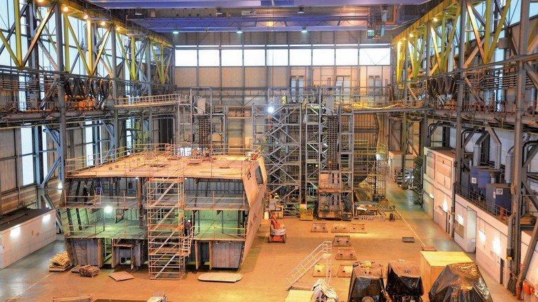 Zentrale Ausrüstungswerkstatt: Hier werden die Großblöcke mit Motoren und anderen Einbauteilen ausgestattet.