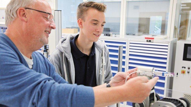 Im Betrieb: Der Dualstudent mit Ausbilder Gerald Glaeser, den er schon als Schüler kennenlernte.