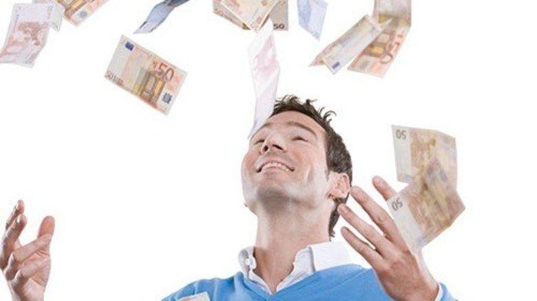 Viel Geld: Normalen Arbeitnehmern winken im Schnitt knapp 900 Euro. Foto: Getty
