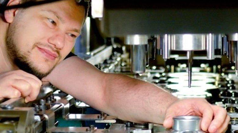 Feinjustierung: Einrichter Jens Meinshausen am Stanzautomaten. Foto: Scheffler