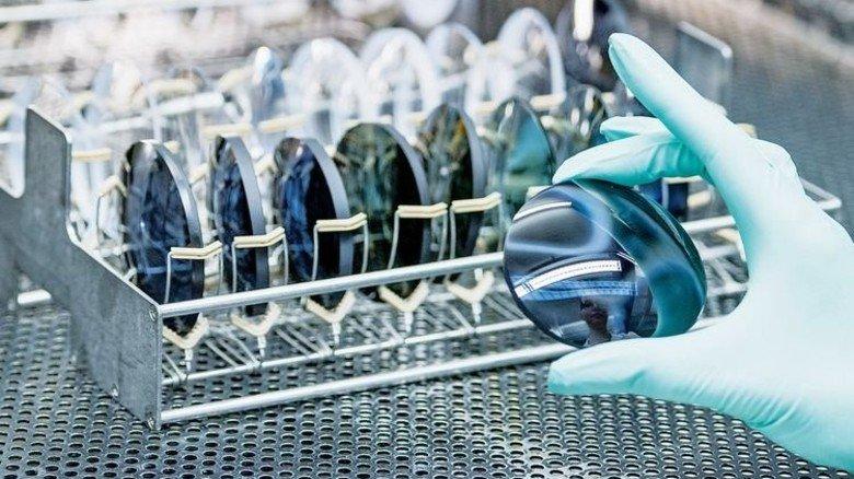 Qualitätskontrolle: Kein Kratzer darf auf dem fertigen Glas sein. Foto: Weigel
