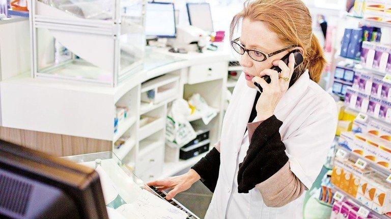 Arznei gesucht: Oft ist Recherche an Telefon und Rechner angesagt.