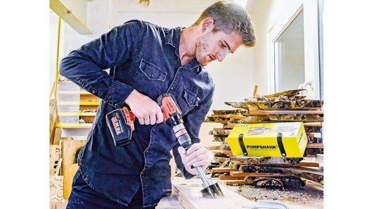 Da geht was! Justin Götz zeigt, wie der neue Famag-Auswerfer für den Lochbohrer funktioniert.